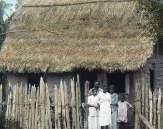 Eine Negerfamilie vor ihrer Hütte